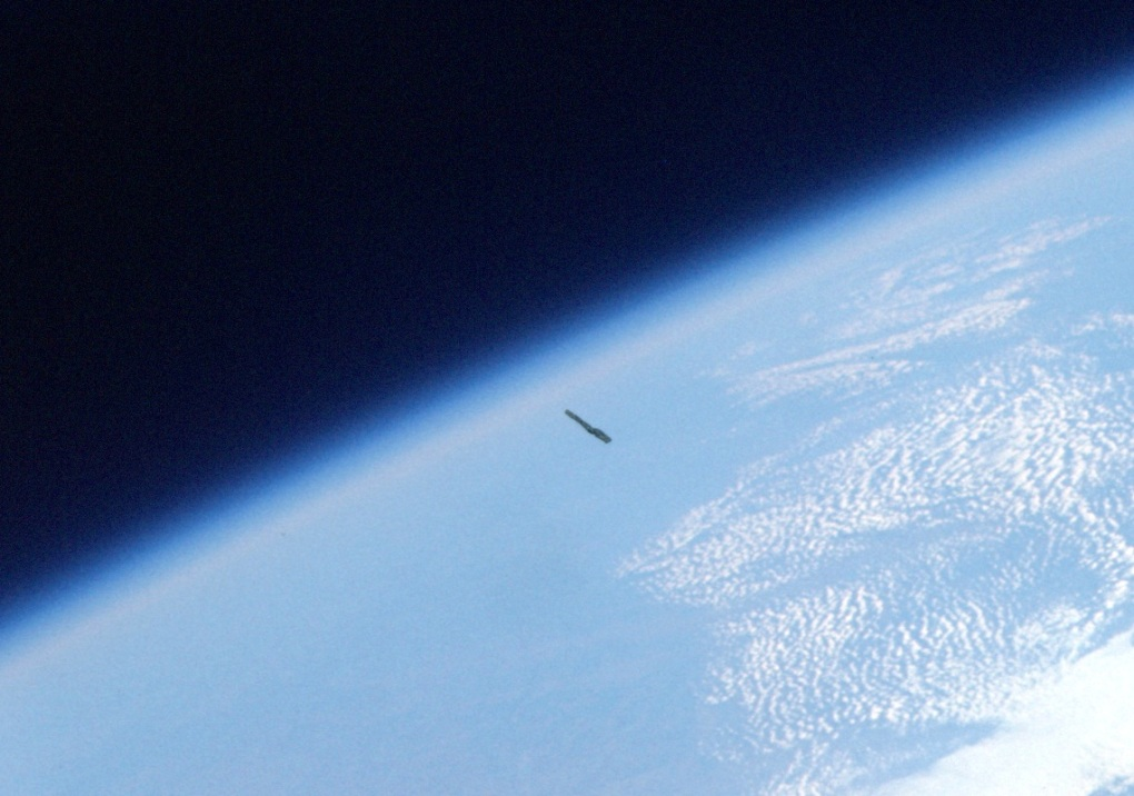 cigar-shaped-ufo-above-earth-september-2013